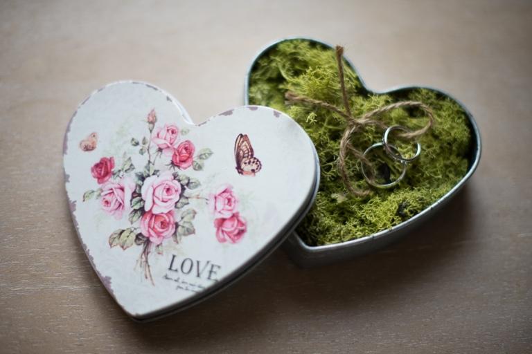 Les alliances dans une boîte vintage en forme de coeur