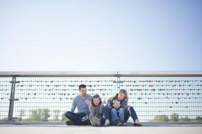 La famille assise sur le pont à Strasbourg