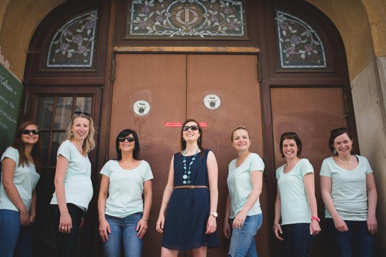 Les filles posent avec leurs lunettes de soleil à Reims