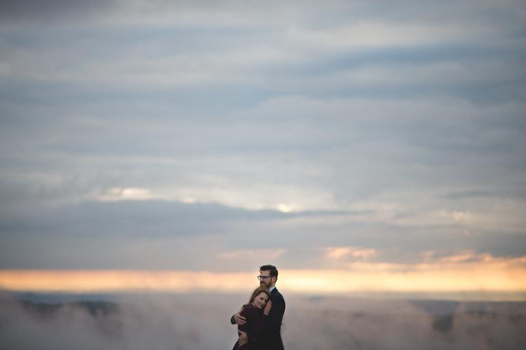 le couple profite des montagnes vosgiennes pendant la seance photo