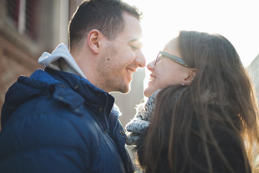 le couple se sourit pres du marche a colmar.