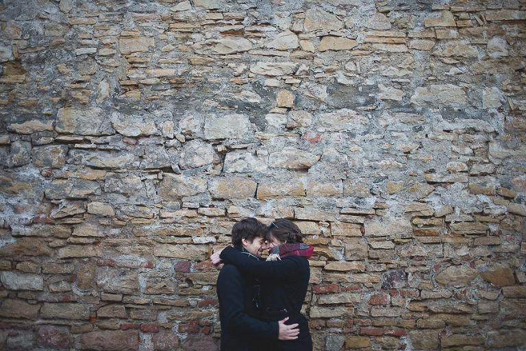 les amoureux se regardent devant un joli mur a colmar.