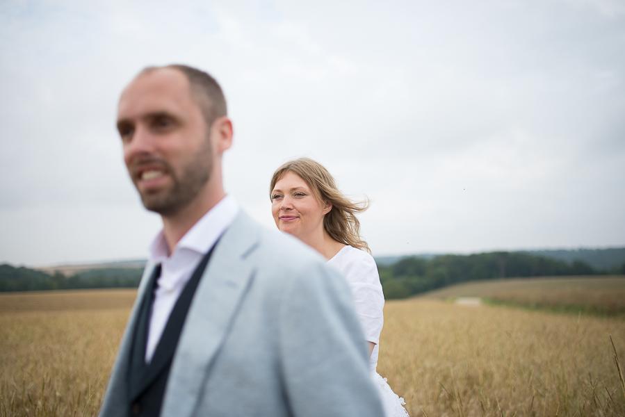 les maries sont dans les champs pour leurs photos de couple en meuse